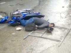 कैमरे में कैद : जब मोटरसाइकिल सवार के सिर पर आ गिरा लोहे का बड़ा-सा फ्रेम...