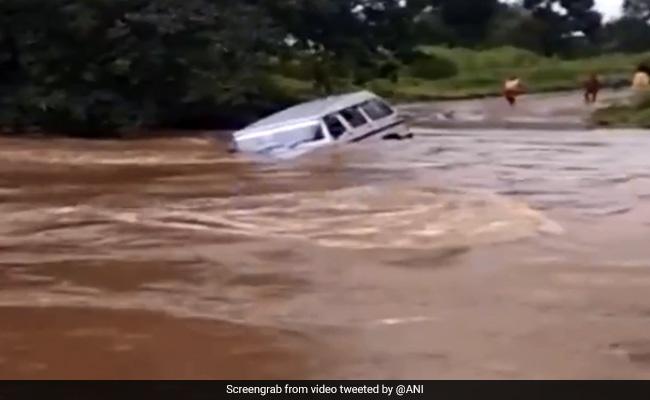 ...और देखते ही देखते बाढ़ के पानी में बह गई बुलेरो, देखें- Video