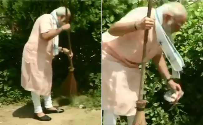 VIDEO: जब झाड़ू से नहीं बनी बात, तो पीएम मोदी ने हाथों से उठाया प्लेट और कचरा