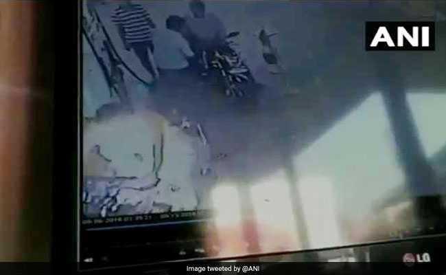 ...जब पेट्रोल पंप पर बाइक स्टार्ट करते ही धू-धू कर जलने लगी गाड़ी, देखें CCTV वीडियो