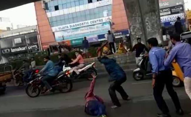 हैदराबाद में दिनदहाड़े कुल्हाड़ी से काटकर युवक की हत्या, लाठी लेने गए थे पुलिसकर्मी