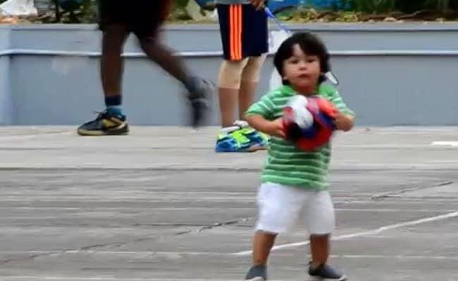 पापा सैफ अली खान संग खेल के मैदान में उतरे तैमूर, फुटबॉल खेलते Video हुआ वायरल