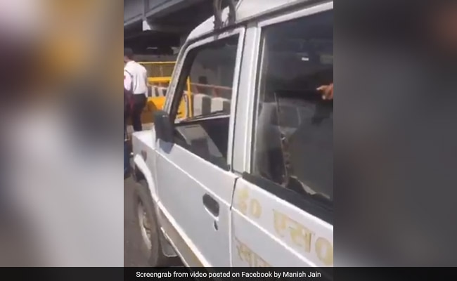 VIP गाड़ी के लिए पुलिस ने एंबुलेंस को रोका, ड्राइवर ने कहा - बच्चे का खून बह रहा है इसे जाने दो, वायरल हुआ Video