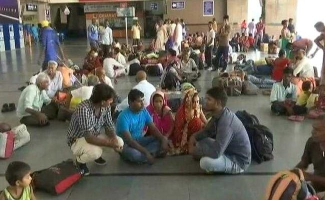 गुजरात में यूपी, बिहार के प्रवासी मज़दूर दहशत में