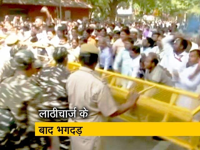 Video : सफाईकर्मियों पर पुलिस की लाठी
