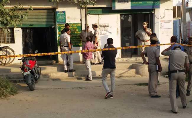 दिल्ली में बैंक कैशियर की गोली मारकर हत्या, दो लाख रुपये लूटे