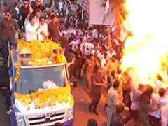 राहुल गांधी की सुरक्षा में चूक, रोड शो के दौरान 'धमाका', देखें VIDEO