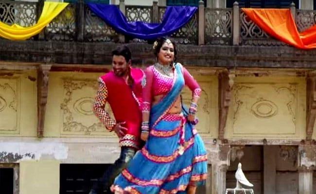 आम्रपाली दुबे-निरहुआ ने ढोल पर चढ़कर किया ऐसा डांस, 'हिम्मतवाला' के जीतेंद्र-श्रीदेवी को जाएंगे भूल- देखें Video
