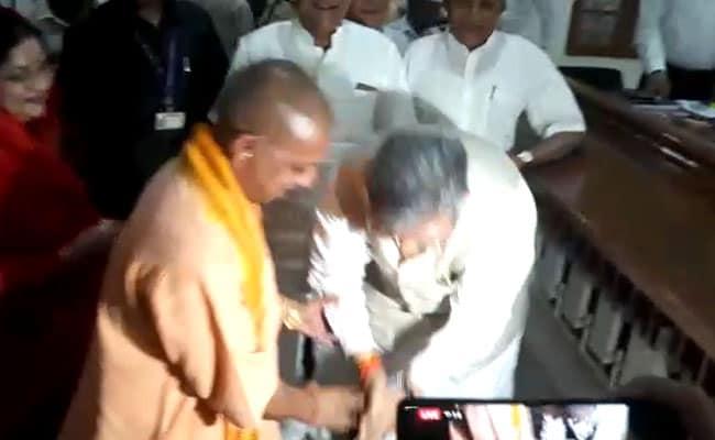 छत्तीसगढ़ः सीएम रमन सिंह ने योगी आदित्यनाथ के दो बार छुए पैर, फिर किया नामांकन
