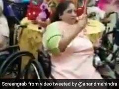 बुजुर्ग महिलाओं ने इस तरह मनाया नवरात्र का जश्न, व्हीलचेयर पर बैठकर किया गरबा, देखें VIDEO