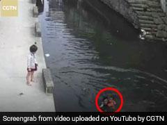 नदी में डूब रही थी 6 साल की बच्ची, डिलीवरी बॉय ने कुछ इस तरह बचाई जान, देखें VIDEO