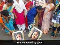 महाराष्ट्र : किसानों की विधवाओं ने तनुश्री के खिलाफ किया प्रदर्शन, तस्वीरें जलाईं