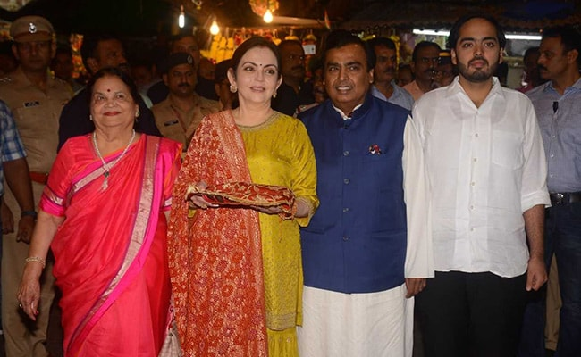 Ambanis Visit Siddhivinayak Temple To Offer Isha Ambani, Anand Piramal's Wedding Card