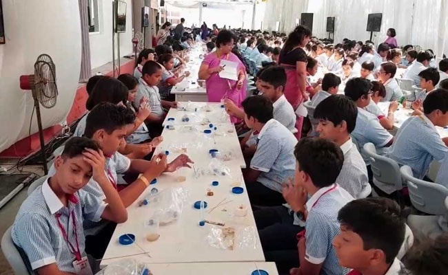 550 Lucknow Students Extract DNA Simultaneously, Set Guinness Record