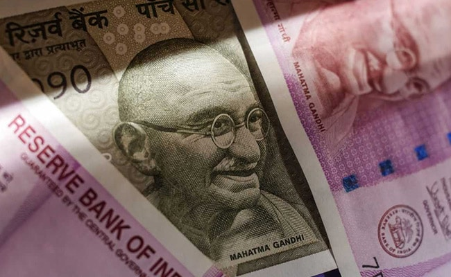 Rupee Edges Lower To Close At 73.61 Against Dollar