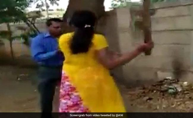 बैंक मैनेजर ने लोन के बदले मांगा Sexual Favour, महिला ने बीच सड़क ऐसे की धुनाई, देखें VIDEO