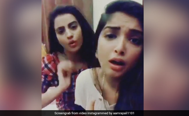 आम्रपाली दुबे ने अक्षरा सिंह संग की ऐसी एक्टिंग, कुछ ही मिनटों में वायरल हो गया Video