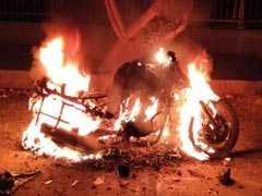 दिल्ली के तैमूर नगर में युवक की हत्या के विरोध में लोगों ने किया हंगामा, वाहन को किया आग के हवाले