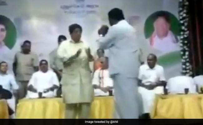 पुदुचेरी की उपराज्यपाल किरण बेदी और विधायक के बीच जब मंच पर हो गई 'भिड़ंत'