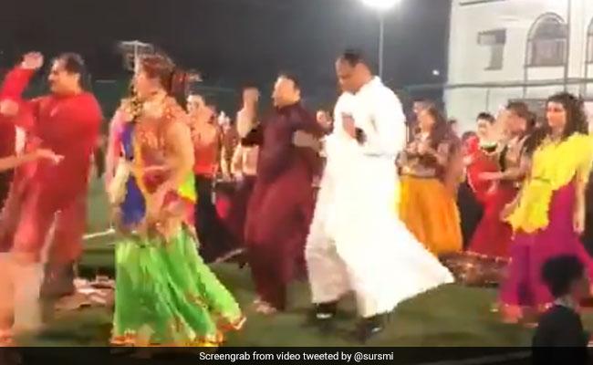 VIDEO: चर्च के पादरी ने लोगों के साथ किया मजेदार गरबा डांस, देखकर आप भी हो जाएंगे खुश