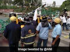 पुणे में लाल बत्ती पर खड़े थे लोग और अचानक गिर गया होर्डिंग, 3 लोगों की मौत, देखें- VIDEO