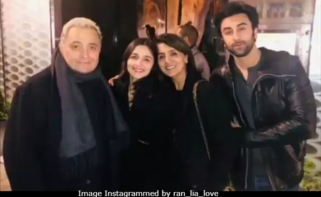 These Pics Of Alia Bhatt Dining With Ranbir, Rishi And Neetu Kapoor Have Taken Over The Internet