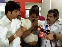 VIDEO : अब महाराष्ट्र में भी गुजरात जैसा हाल, MNS कार्यकर्ताओं ने मीडिया के सामने शख्स को बुरी तरह पीटा
