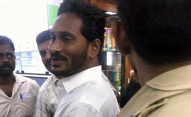 वाईएसआर कांग्रेस नेता जगनमोहन रेड्डी पर हुआ हमला, एयरपोर्ट पर मारा चाकू