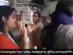 महिलाओं ने चलती ट्रेन में किया गरबा, सोशल मीडिया पर वायरल हुआ VIDEO