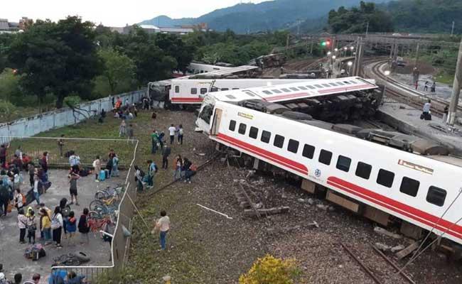 ताइवान में रेलगाड़ी के पटरी से उतरने से 22 लोगों की मौत