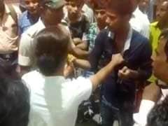 सादी वर्दी में घूम रही महिला पुलिसकर्मी को छेड़ बैठे मनचले, फिर चला दे दनादन, देखें- VIDEO