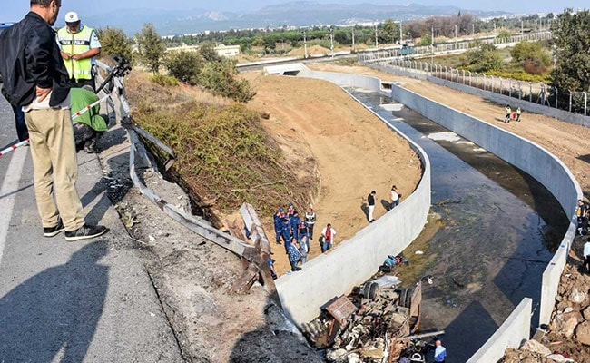Turkey migrants: Lorry crash in Izmir 'kills 15'