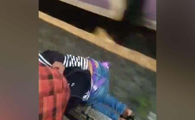 ट्रेन के दरवाजे पर खड़ी थी लड़की, जैसे ही फिसली तो लोगों ने ऐसे बचाई जान, वायरल हुआ VIDEO