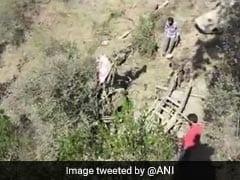 जम्मू-श्रीनगर राष्ट्रीय राजमार्ग पर मिनी बस गहरी खाई में गिरी, 20  की मौत, मौके पर आलाधिकारी मौजूद