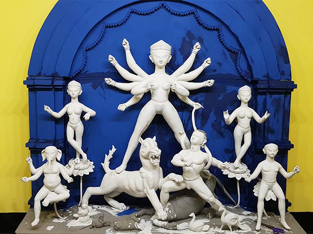 Video : হাতিবাগানের জনপ্রিয় কুন্ডু বাড়ির দূর্গা মায়ের রং দান