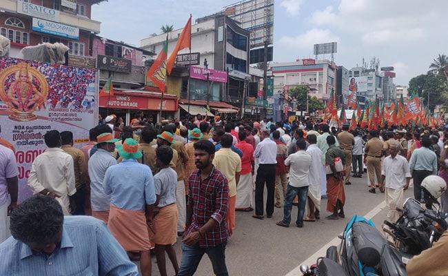 केरल : मंदिर खुलने से पहले ही प्रदर्शनकारियों ने महिलाओं को सबरीमाला जाने से रोका, तनाव जोरों पर...