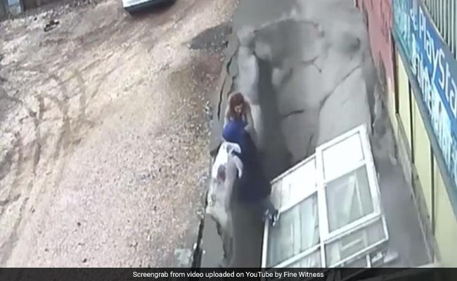 बीच सड़क पर हंस-हंसकर बातें कर रही थीं महिलाएं, जमीन खिसकी और जा गिरीं अंदर, देखें VIDEO