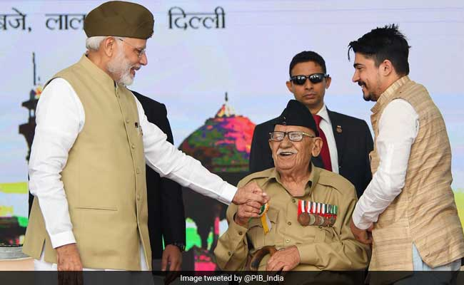 Veteran gifts Indian National Army's Cap To PM Modi