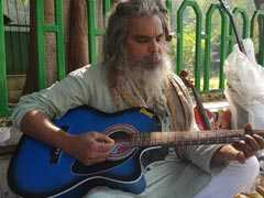 यह सिविल इंजीनियर एक रुपये में साल भर तक सिखाता है संगीत