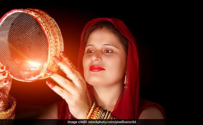 करवा चौथ के दिन छलनी से क्यों देखा जाता है चांद और पति का चेहरा, जवाब है यहां