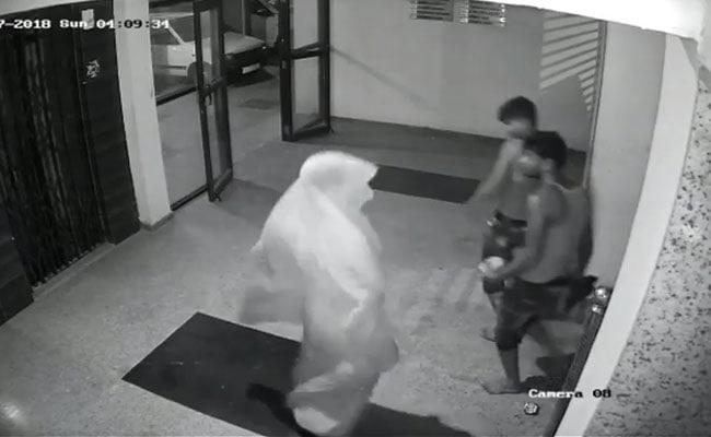 घर को लूटने आए थे लुटेरे, CCTV देखा तो करने लगे डांस, वायरल हुआ VIDEO