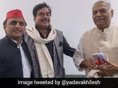 सपा के मंच पर अखिलेश के साथ दिखे BJP के 'शत्रु' शत्रुघ्न और यशवंत सिन्हा, कहा- 'जुमलेबाजी नहीं चलेगी'