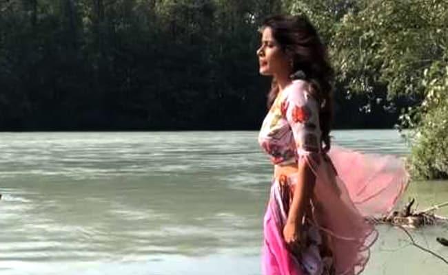 सांसें रोक देगा इस सिंगर का ये Video, पेड़ के तने पर चलकर पार करनी पड़ी उफनती नदी