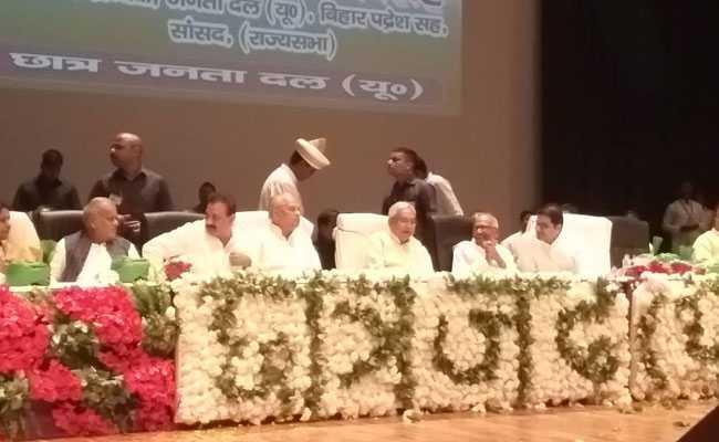 बिहार के मुख्यमंत्री नीतीश कुमार पर पटना में JDU के कार्यक्रम में ही शख्स ने सरेआम फेंकी चप्पल, जानें क्या है वजह