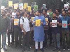 AMU में कश्मीरी छात्रों का प्रदर्शन, कहा-देशद्रोह का केस वापस नहीं हुआ तो डिग्री सरेंडर कर घर लौट जाएंगे