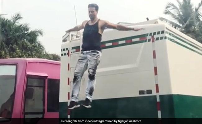 टाइगर श्रॉफ ने बस पर लगाई उल्टी छलांग, हर कोई रह गया 'अचंभित'; Video हुआ वायरल