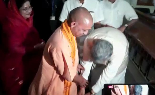 When Raman Singh Touched The Feet Of Yogi Adityanath, 20 Years His Junior