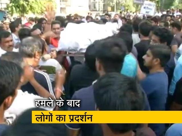 Video : बड़ी खबर : दिल्ली के तैमूर नगर में युवक की हत्या के विरोध में लोगों ने किया हंगामा