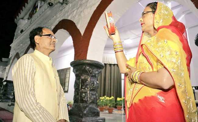 करवा चौथ 2018: MP के CM शिवराज सिंह चौहान की पत्नी ने कुछ ऐसे किया चांद का दीदार, देखें तस्वीरें