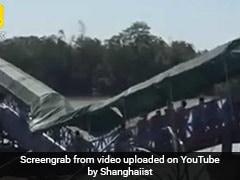 लोग गुजर रहे थे उसी वक्त बीच में से टूट गया ब्रिज, मच गई अफरा-तफरी, देखें VIDEO